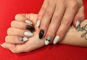 Zehn schwarz-weiß individuell gestaltete Fingernägel