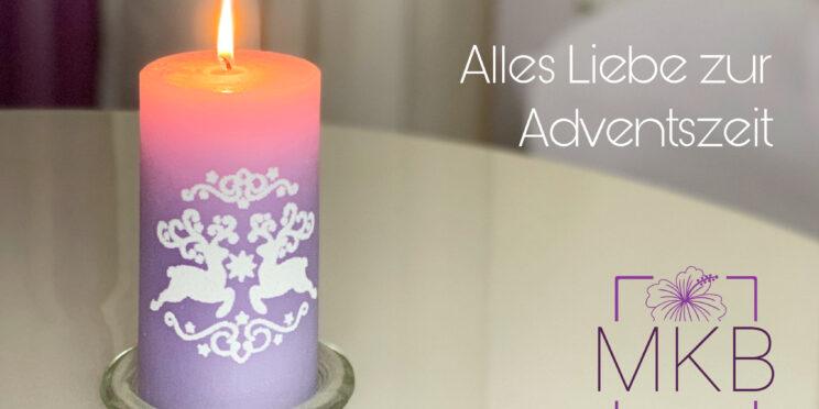 brennende violette Kerze mit Rentierstickern